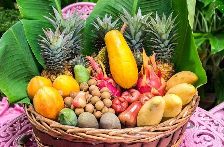 корзины с экзотическими фруктами